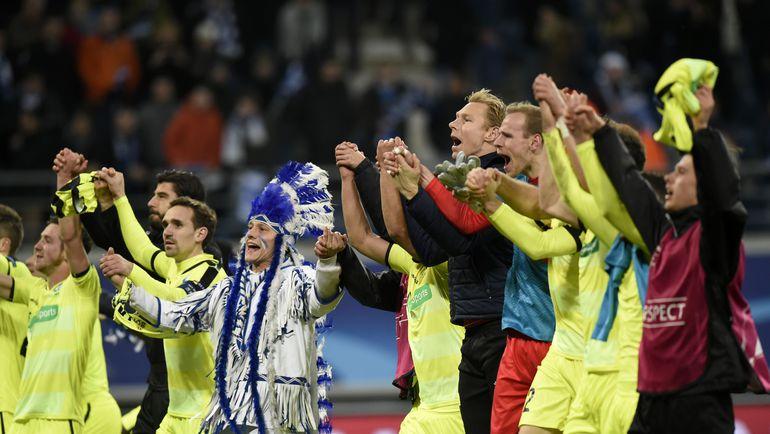 """Игроки """"Гента"""" празднуют с болельщиками выход в плей-офф Лиги чемпионов. Фото AFP"""