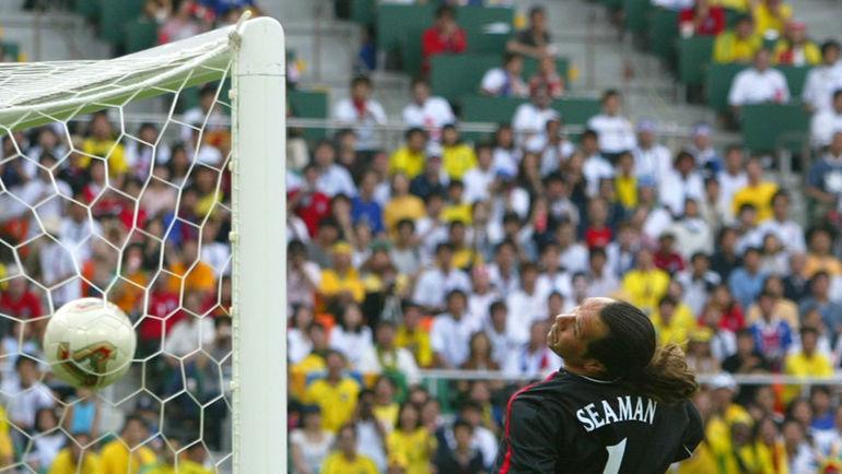 21 июня 2002 года. Сидзуока. Англия - Бразилия - 1:2. Дэвид СИМЕН пропускает один из самых обидных голов в карьере. От Роналдинью. Фото REUTERS
