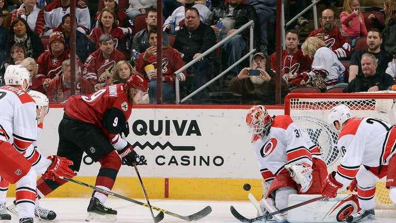 """Суббота. Глендейл. """"Аризона"""" – """"Каролина"""" – 4:5 ОТ. В атаке Виктор ТИХОНОВ (№9). Фото НХЛ"""