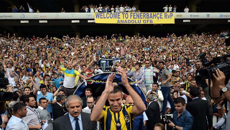 """Своим и чужим фанаты """"Фенербахче"""" устроят горячий прием: летом Стамбул приветствовал Робина ВАН ПЕРСИ. Фото AFP"""
