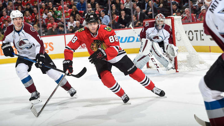 "Вторник. Чикаго. ""Чикаго"" – ""Колорадо"" – 0:3. Патрик КЕЙН (№88) прессингует ""Лавин"" в зоне Семена ВАРЛАМОВА (справа). Фото НХЛ"