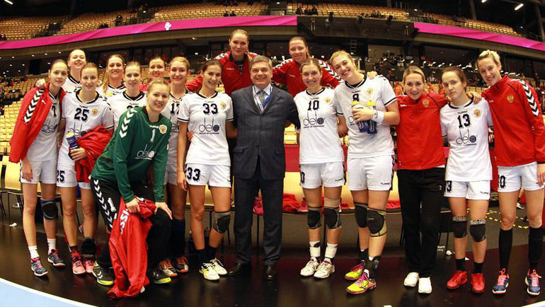 Сергей ШИШКАРЕВ и сборная России после победы над Данией. Фото Международная федерация гандбола