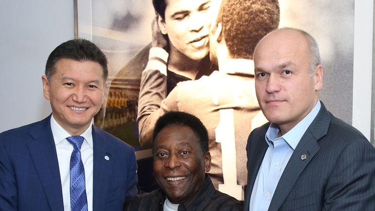 Андрей ФИЛАТОВ (справа) с Королем футбола ПЕЛЕ и с президентом ФИДЕ Кирсаном ИЛЮМЖИНОВЫМ. Фото ФИДЕ, photo.khl.ru