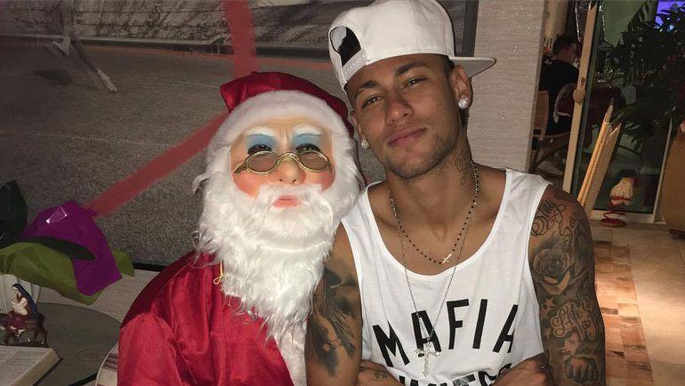 "Нападающий ""Барселоны"" НЕЙМАР (справа) и Санта Клаус. Фото instagram.com/neymarjr"