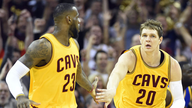 Тимофей МОЗГОВ (справа) и Леброн ДЖЕЙМС. Фото USA TODAY Sports
