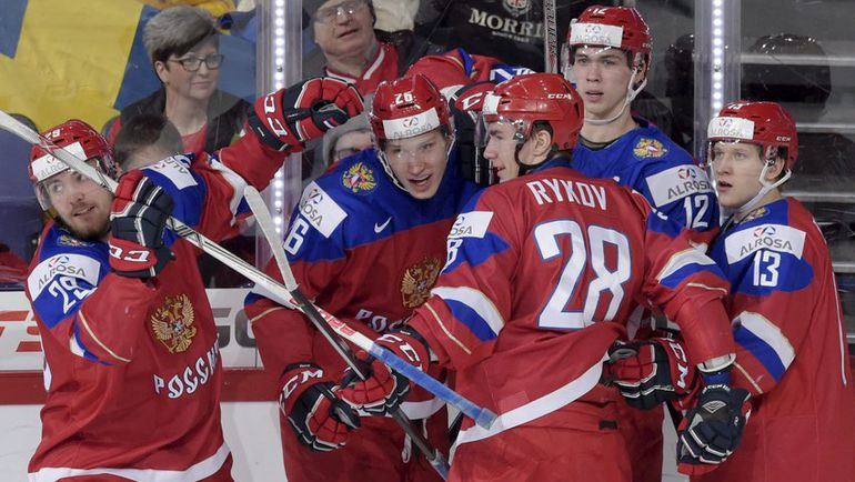 Суббота. Хельсинки. Россия - Дания - 4:3 ОТ. Партнеры поздравляют Егора КОРШКОВА (№26) с первым голом. Фото REUTERS