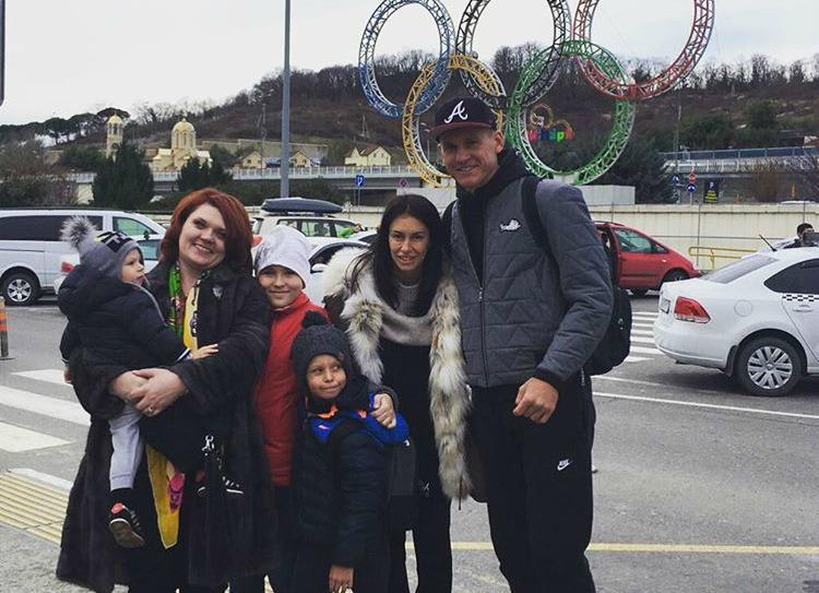 Артем РЕБРОВ проводит отпуск с семьей в Сочи.