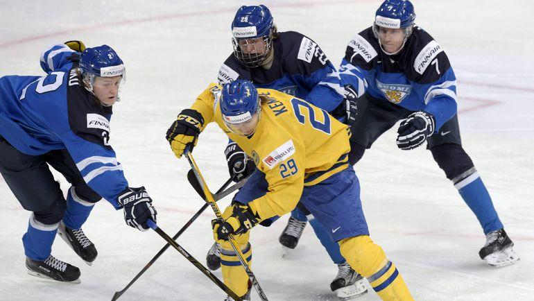 Сегодня. Хельсинки. Швеция - Финляндия - 1:2. Эдриан КЕМПЕ (№29) против Сами НИКУ (слева), Патрика ЛАЙНЕ и Нико МИККОЛЫ (№7). Фото REUTERS