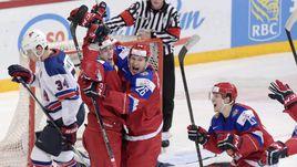 Понедельник. Хельсинки. Россия - США - 2:1. Только что Павел КРАСКОВСКИЙ сравнял счет - и его поздравляет Егор КОРШКОВ (№26).