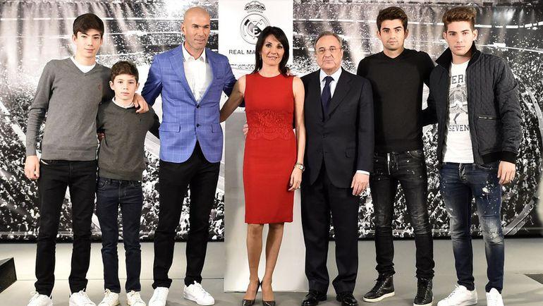 Зинедин ЗИДАН (третий слева), его жена Вероника (в центре), их сыновья и Флорентино ПЕРЕС (третий справа). Фото AFP