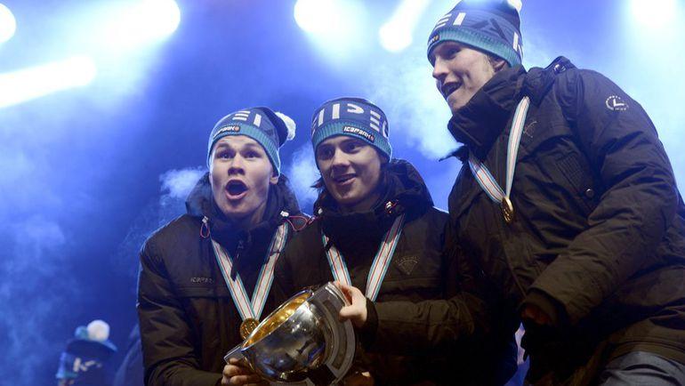 Йессе ПУЛЮЯРВИ, Себастьян АХО и Патрик ЛАЙНЕ с чемпионским кубком. Фото Reuters