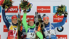 Победительницы спринтерской гонки на этапе Кубка мира в Рупольдинге: немка Франциска ХИЛЬДЕБРАНД (в центре), чешка Габриэла СОУКАЛОВА (слева) и финка Кайса МЯКЯРЯЙНЕН (справа).