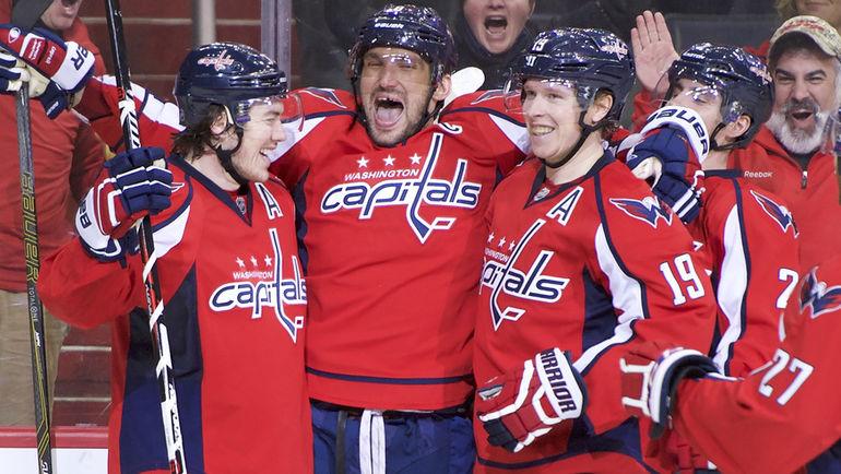 """Воскресенье. Вашингтон. """"Вашингтон"""" - """"Оттава"""" - 7:1. Александр ОВЕЧКИН (второй слева) празднует с партнерами по команде 500-ю шайбу в регулярных чемпионатах НХЛ. Фото USA Today Sports"""