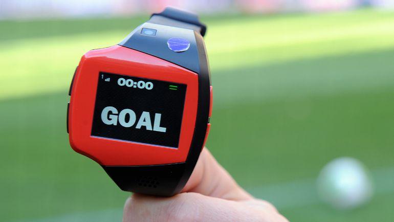Пока судьи получают известия о голе вот на такие часы. А как будет дальше? Фото REUTERS