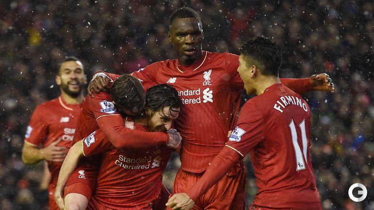 """Среда. Ливерпуль. """"Ливерпуль"""" - """"Арсенал"""" - 3:3. Игроки """"Ливерпуля"""" празднуют забитый гол."""