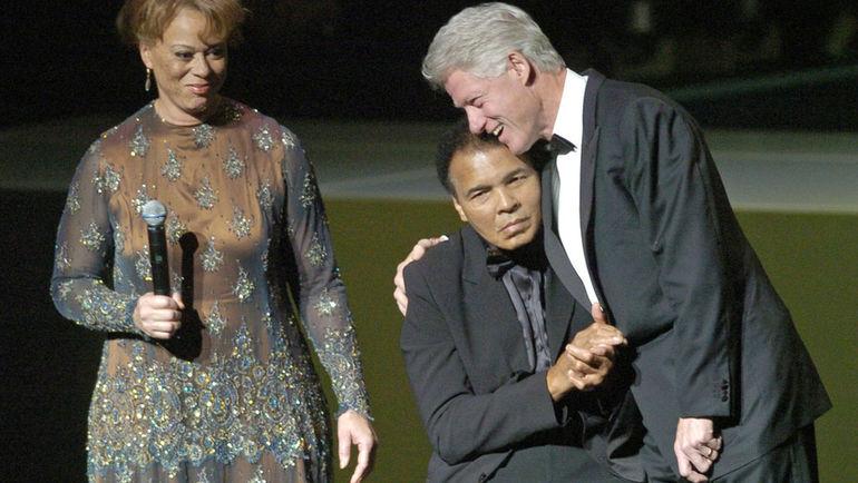 2005 год. Билл КЛИНТОН и Мохаммед АЛИ. Фото REUTERS