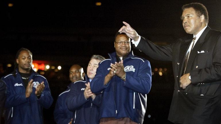 2002 год. Мохаммеду АЛИ (справа) аплодируют (слева направо): Леннокс ЛЬЮИС, Эвандер ХОЛИФИЛД, Джордж ЧУВАЛО и Ларри ХОЛМС. Фото REUTERS
