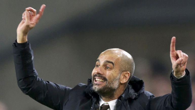 """Хосеп ГВАРДЬОЛА на пальцах показывает, какое место его """"Бавария"""" займет в бундеслиге. Фото REUTERS"""