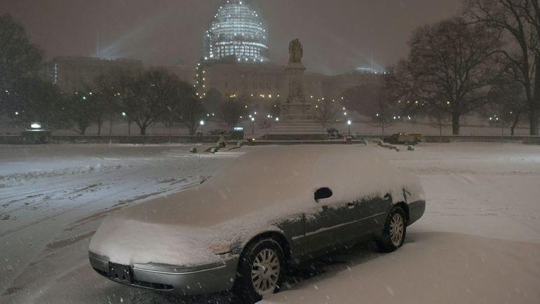 """Пятница. Вашингтон. Из-за обрушившегося на столицу США обильного снегопада матч между """"Вашингтоном"""" и """"Анахаймом"""" был перенесен. Фото AFP"""