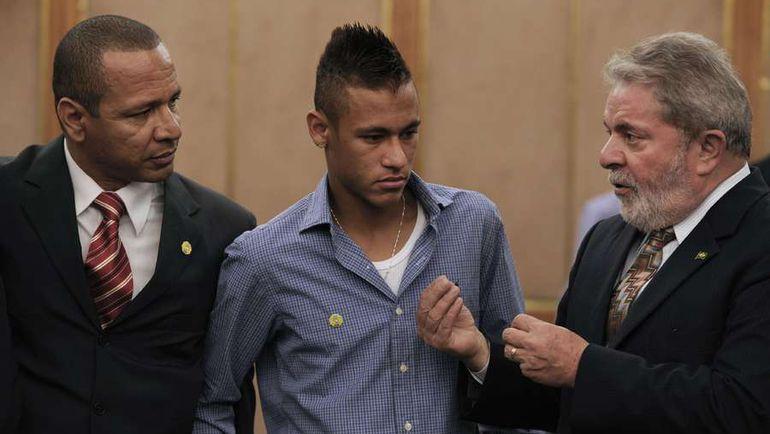 НЕЙМАР (в центре) и его отец и агент (слева) устали от бесконечных судебных исков. Фото AFP