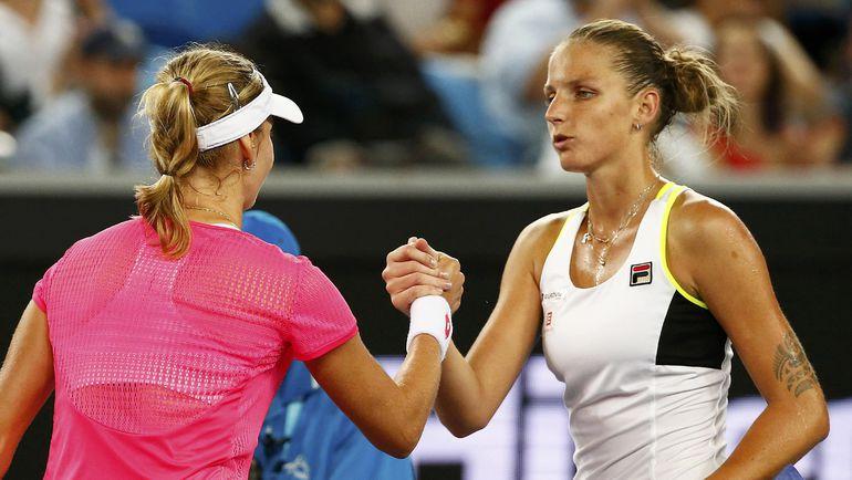 Суббота. Мельбурн. Каролина ПЛИШКОВА (справа) поздравляет Екатерину МАКАРОВУ с победой. Фото REUTERS