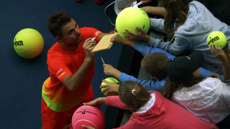 Стэн ВАВРИНКА раздает автографы после победы над Лукашем Росолом. Фото REUTERS
