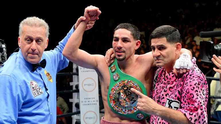 Суббота. Лос-Анджелес. Дэнни ГАРСИЯ (в центре) - чемпион. Фото Reuters