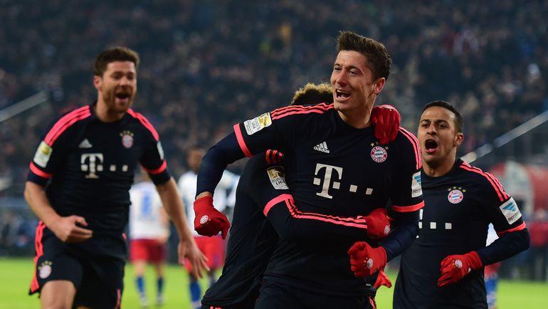 """Воскресенье. Гамбург. """"Гамбург"""" - """"Бавария"""" - 1:2. Роберт ЛЕВАНДОВСКИ (в центре) и его партнеры празднуют победный гол. Фото AFP"""