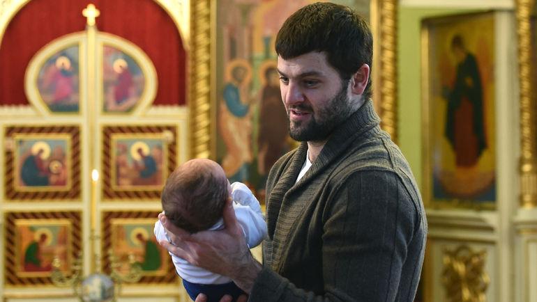 Александр РАДУЛОВ крестит сына Макара. Фото Владимир БЕЗЗУБОВ, photo.khl.ru