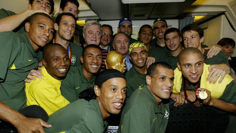 2 июля 2002 года. Чемпионы миры – сборная Бразилии во время полета из Японии. РОБЕРТО КАРЛОС (справа в нижнем ряду). Фото Reuters