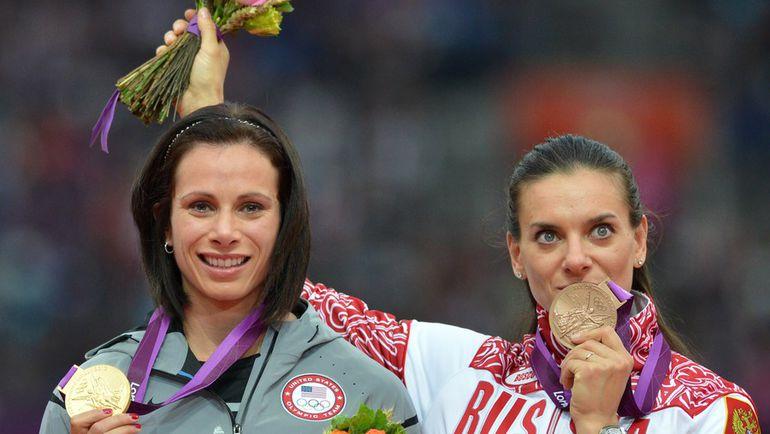 Дженнифер СУР (слева) и Елена ИСИНБАЕВА на олимпийском подиуме. Фото AFP