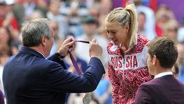 4 августа 2012 года. Мария ШАРАПОВА принимает от Шамиля ТАРПИЩЕВА серебряную олимпийскую медаль.