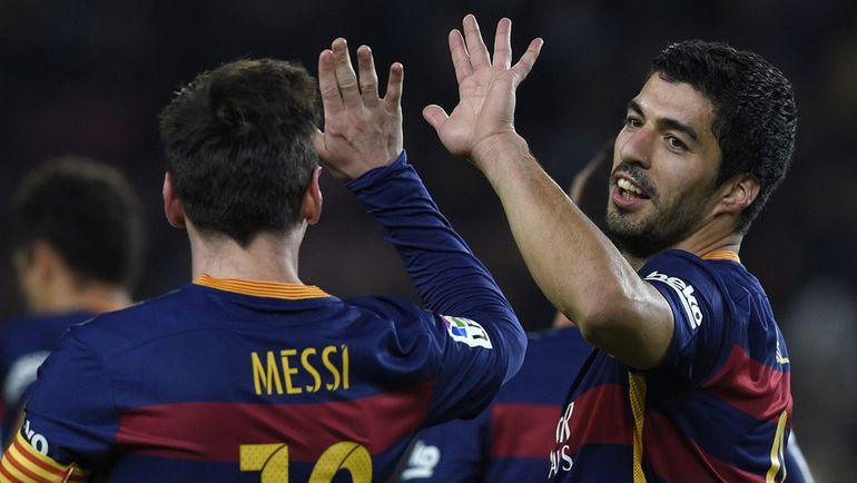 """Среда. Барселона. """"Барселона"""" - """"Валенсия"""" - 7:0. Лионель МЕССИ (слева) и Луис СУАРЕС празднуют один из семи забитых голов. Фото AFP"""