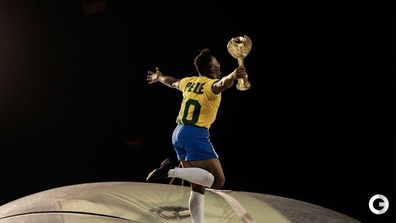 Сегодня. Карнавал в Рио-де-Жанейро. Участник праздника в роли короля футбола.Пеле.