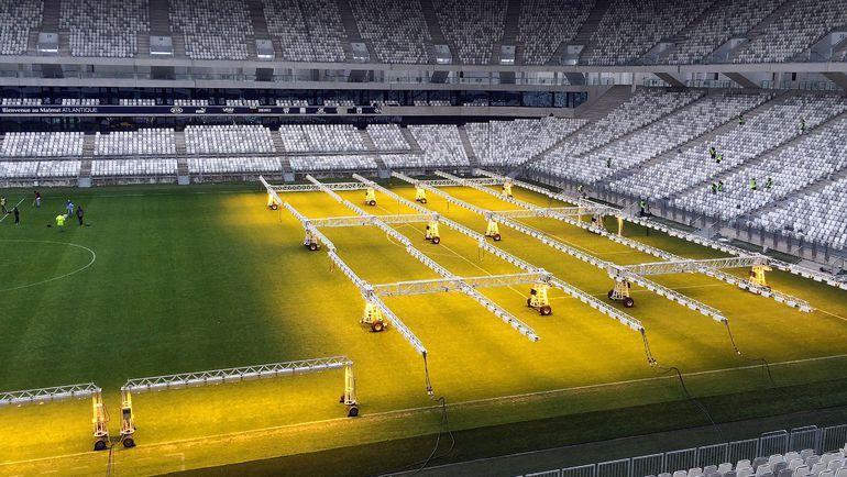 """8 февраля. Во Франции полным ходом готовятся к стартующему летом Euro. В частности, на стадионе """"Матмют Атлантик"""" в Бордо уже сейчас делают все, чтобы газон был в идеальном состоянии. Фото AFP"""