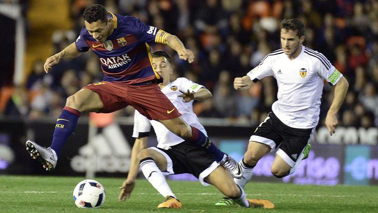 "Среда. Валенсия. ""Валенсия"" – ""Барселона"" – 1:1 (1:0). Защитник ""Барселоны"" АДРИАНУ (слева)."
