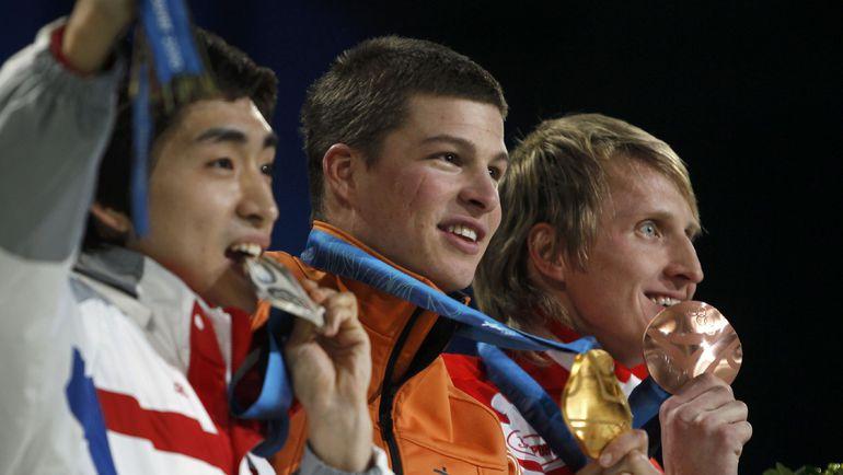 14 февраля 2010 года. Ванкувер. Олимпийский чемпион на 5000 м Свен КРАМЕР (в центре) и бронзовый призер Иван СКОБРЕВ (справа). Фото Reuters
