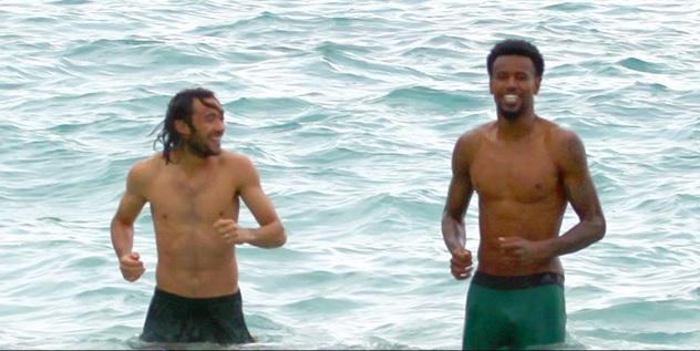 """Игроки """"Кубани"""" купаются в море."""