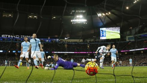 """Сегодня. Манчестер. """"Манчестер Сити"""" - """"Тоттенхэм"""" - 1:2. 83-я минута. Победный гол Кристиана ЭРИКСЕНА. Фото Reuters"""