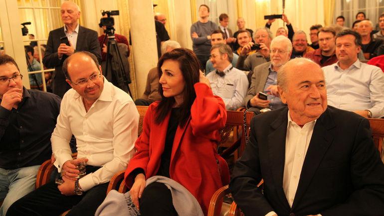 Зепп БЛАТТЕР (справа) посетил шахматный турнир в Цюрихе. Фото Владимир БАРСКИЙ