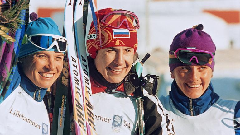 17 февраля 1994 года. Лиллехаммер. Любовь ЕГОРОВА (в центре) в окружении итальянок Мануэлы ДИ ЧЕНТЫ (слева) и Стефании БЕЛЬМОНДО. Фото РИА Новости