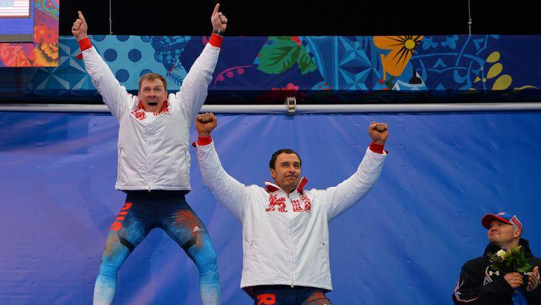 17 февраля 2014 года. Сочи. Александр ЗУБКОВ (слева) и Алексей ВОЕВОДА на чемпионском подиуме. Фото AFP