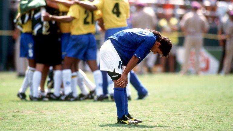 17 июля 1994 года. Пасадина. Бразилия - Италия - 0:0. Пенальти - 3:2. Мгновение назад Роберто БАДЖО допустил роковой промах. Фото Reuters