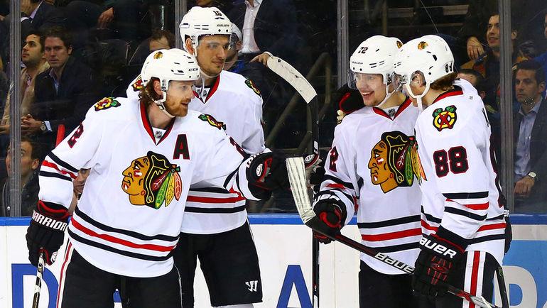 """Вчера. Нью-Йорк. """"Рейнджерс"""" - """"Чикаго"""" - 3:5. Артемий ПАНАРИН (второй справа) принимает поздравления партнеров по случаю первого хет-трика в НХЛ. Фото USA TODAY Sports"""