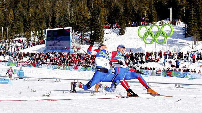 17 февраля 2010 года. Уистлер. Никита КРЮКОВ (№4) вырывает победу у Александра ПАНЖИНСКОГО в финале спринта. Фото Reuters