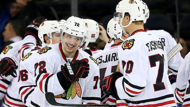 """Вчера. Нью-Йорк. """"Рейнджерс"""" - """"Чикаго"""" - 3:5. Нападающий """"ястребов"""" Артемий ПАНАРИН (№ 72) празднует свой первый хет-трик в НХЛ. Фото AFP"""