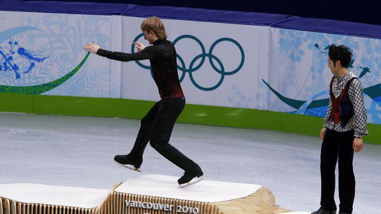 18 февраля 2010 года. Ванкувер. Евгений ПЛЮЩЕНКО перескакивает первое место на подиуме на церемонии награждения. Фото Reuters