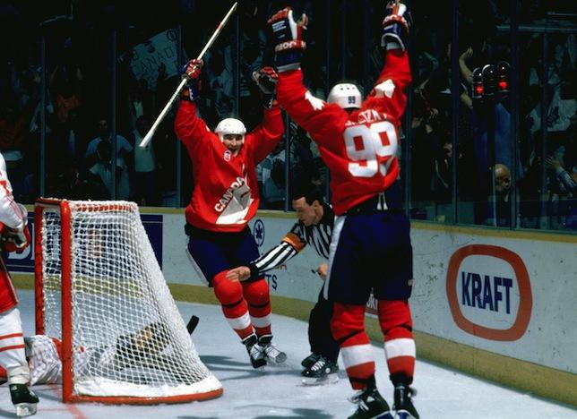 Марио ЛЕМЬЕ и Уэйн ГРЕТЦКИ празднуют гол в ворота сборной СССР. Фото thehockeynews.com