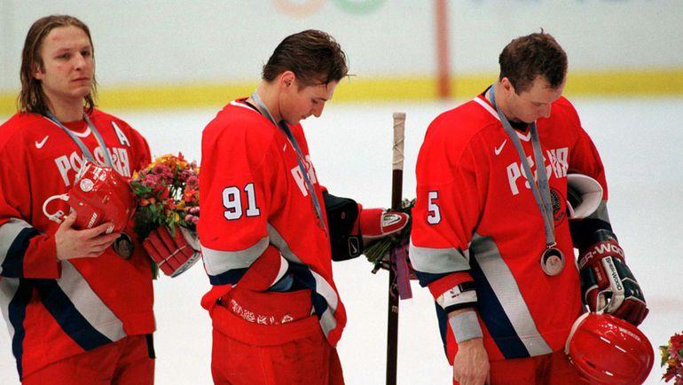 Сергей ФЕДОРОВ (№91), Алексей ГУСАРОВ (№5) и Дарюс КАСПАРАЙТИС мечтали все-таки не о серебре. Фото Reuters