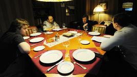 13 ноября 2011 года. Москва. Актер Михаил ЕФРЕМОВ и его сын Николай (слева) на интервью с обозревателями